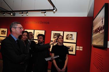 Teatro y exposiciones en blanco y negro