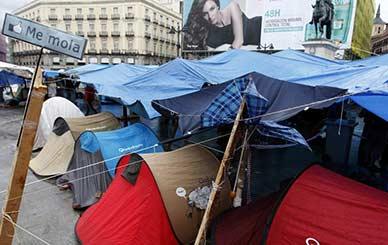 Varias tiendas de campaña en la Puerta del Sol. (Andrea Comas / REUTERS)