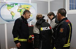 Los bomberos participan en un simulacro de terremoto en un país extranjero