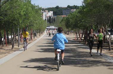 Una senda para peatones y ciclistas en Madrid Río
