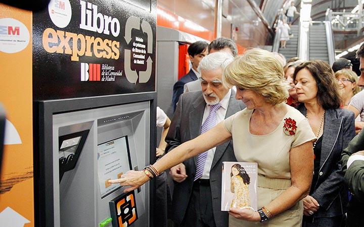 Madrid prueba la primera máquina que presta libros gratis en España