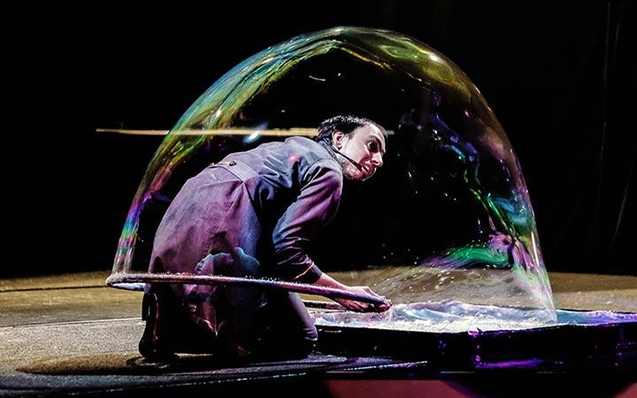 """""""100% BURBUJAS"""", un espectáculo de fantasía con las pompas de jabón más grandes del mundo"""