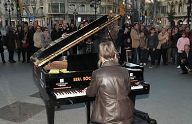 """""""Madrid se llena de pianos"""", siete pianos de cola en la calle Serrano"""