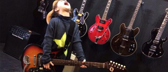 Clase-guitarra-niños-Headbanger