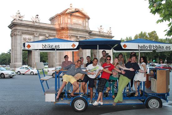 Beer Bike, recorre Madrid en un tándem de 16 personas mientras bebes cerveza