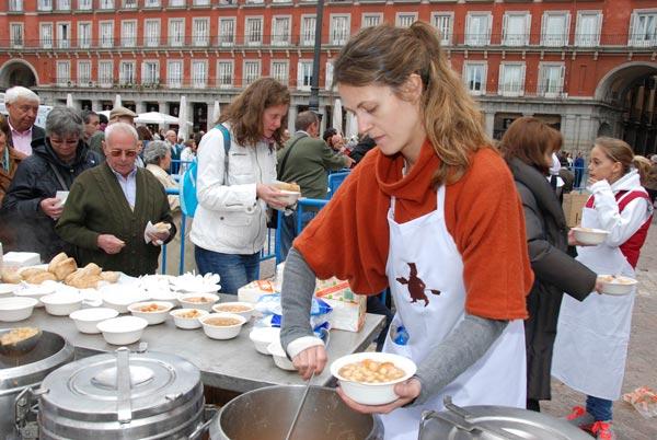 Degustación de cocido gratis en la Plaza Mayor gracias a Aldeas Infantiles SOS