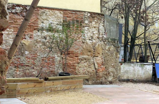 Muralla en Calle Almendro con Cava Baja