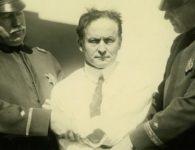 Houdini sujeto por dos oficiales de policia 1923