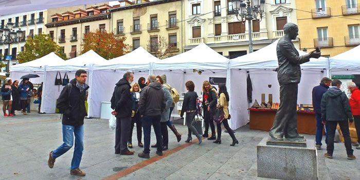 Mercado de Artesanía en la Plaza de Santa Ana y Plaza de Ópera