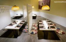 Salón con espacios abiertos en el suelo donde sentarse