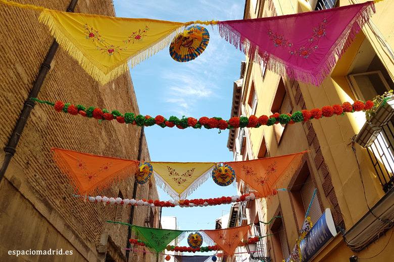 La calle del Oso se engalana para las Fiestas de San Cayetano