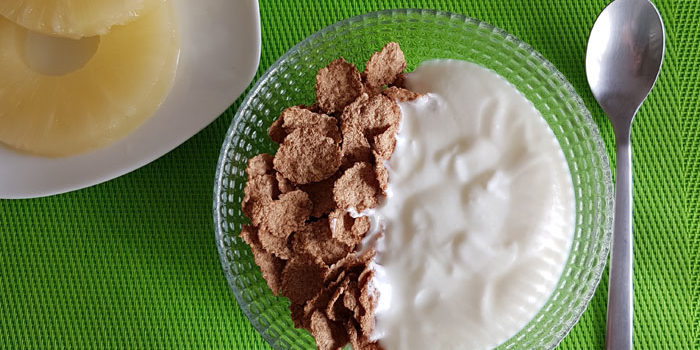 Desyuno completo con yogur, cereales y piña