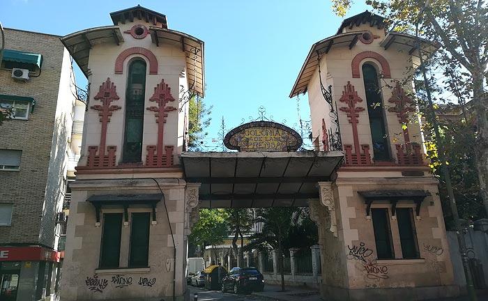 Entrada a la Colonia de la Prensa (calle Eugenia de Montijo)