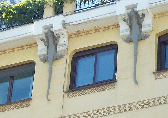 Lagartos en fachada de edificio (Mejia Lequerica 1)